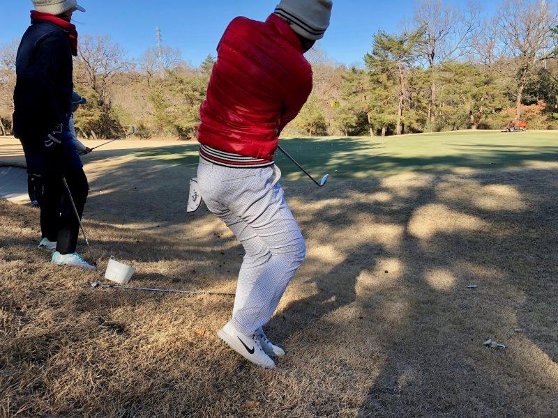 ゴルフレッスンアプローチショット飛球線後方の写真