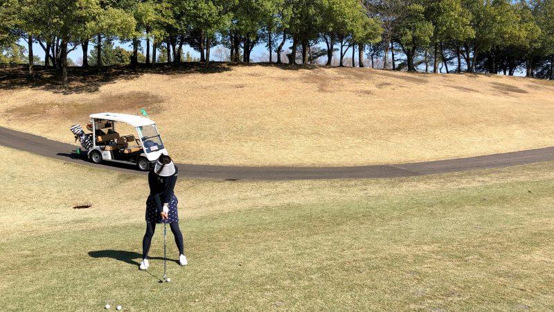 GEN-TENゴルフコースレッスン左足上がりからのショット正面