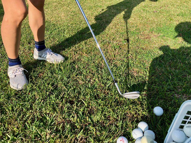 GEN-TENゴルフコースレッスンクラブとボールの写真