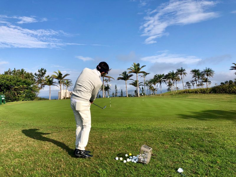 GEN-TENゴルフコースレッスンアプローチショット飛球線後方からの写真