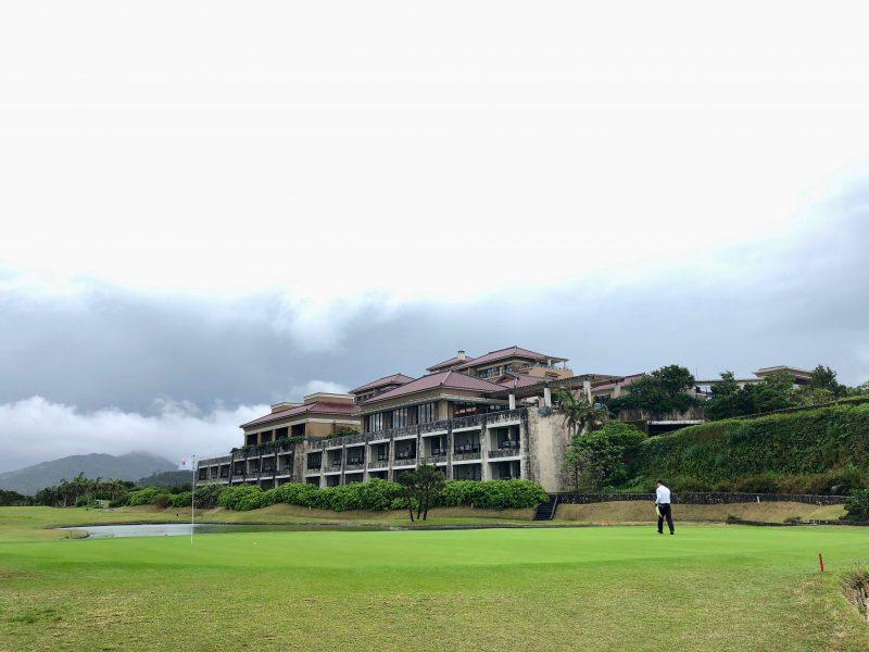 GEN-TENゴルフコースレッスングリーンとクラブハウスの写真