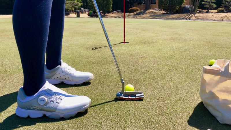 GEN-TENゴルフコースレッスンパット練習グリーン後方ローアングルアップ