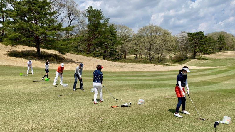 GEN-TENゴルフコースレッスン那須国際CC定点練習左足下がりのショットの写真
