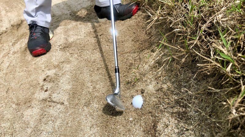 GEN-TENゴルフコースレッスンバンカーとボールとウェッジの写真