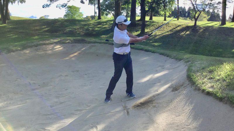 GEN-TENゴルフコースレッスン左足上がりのバンカーショットフィニッシュの写真