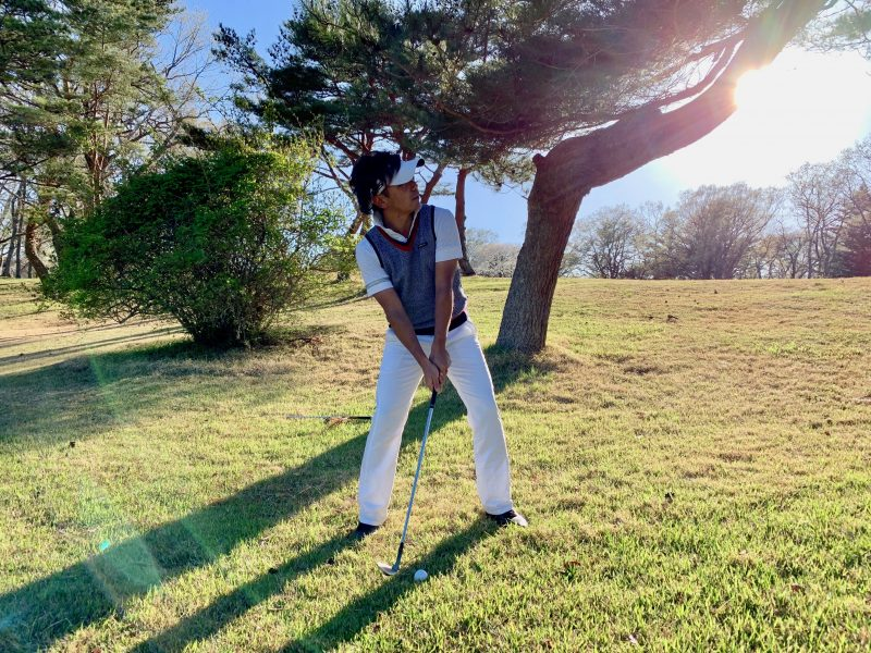 GEN-TENゴルフコースレッスントラブルショット木の上アドレス正面からの写真