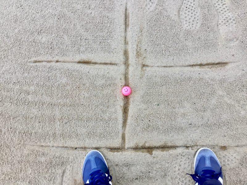GEN-TENゴルフコースレッスン前下がりのバンカーショットボールの位置の写真