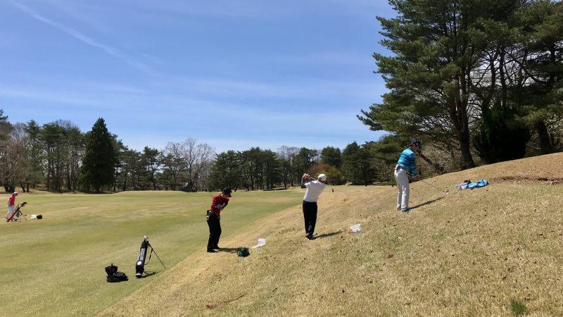 GEN-TENゴルフコースレッスン那須強化合宿つま先上がりのショットの練習風景の写真