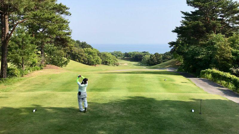 GEN-TENゴルフコースレッスン高知キャンプ土佐CC海に向かってティショットの写真