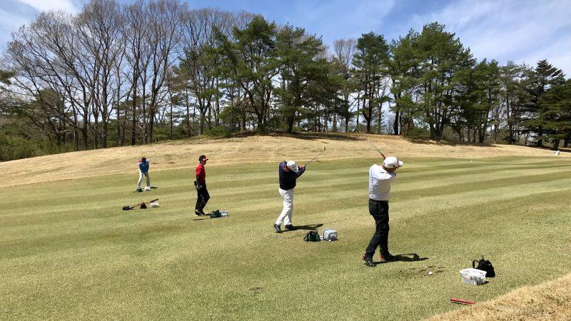 GEN-TENゴルフコースレッスン那須強化合宿左足上がりのショットの練習風景の写真
