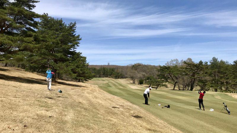GEN-TENゴルフコースレッスン那須強化合宿つま先下がりのショットの練習風景の写真