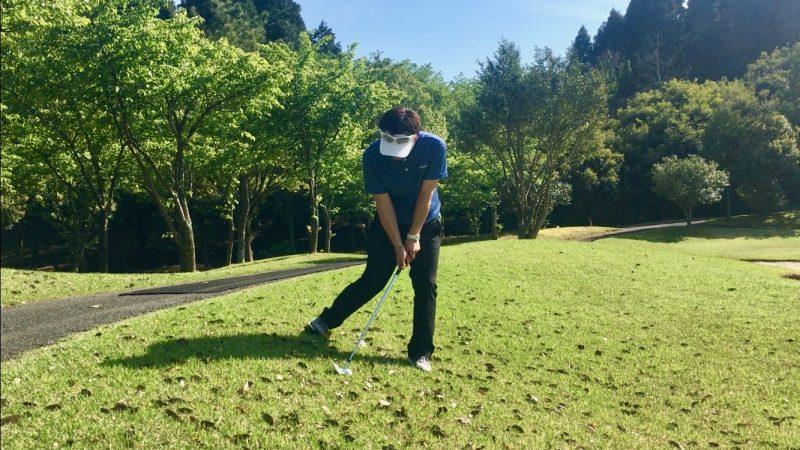 GEN-TENゴルフコースレッスン左足下がりアプローチ右脚を引いたアドレス正面からの写真