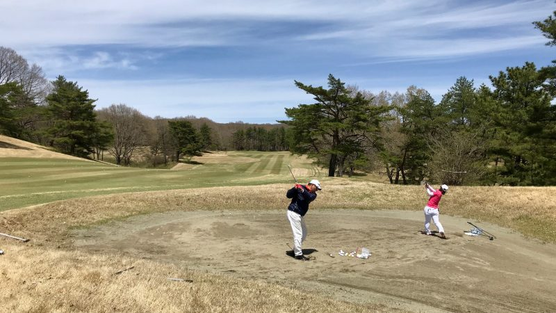 GEN-TENゴルフコースレッスン那須強化合宿左足下がりのショットの練習風景の写真