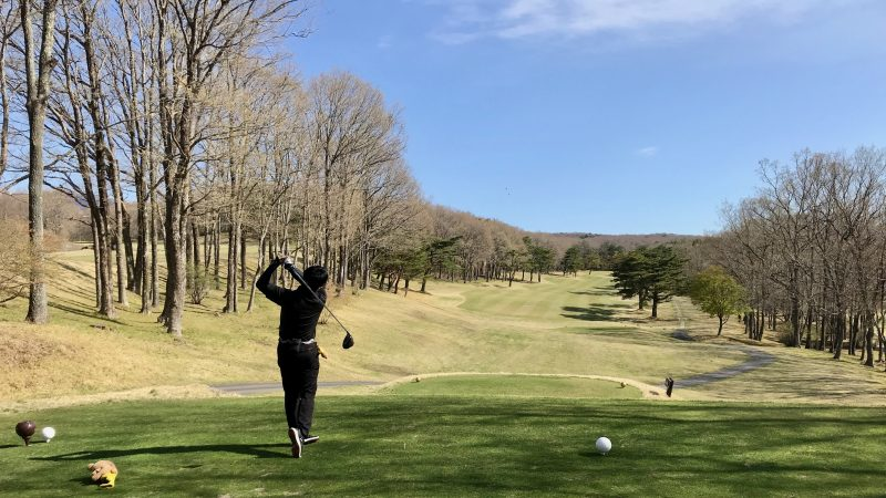 GEN-TENゴルフコースレッスン那須強化合宿ラウンド風景ドライバーショットの写真