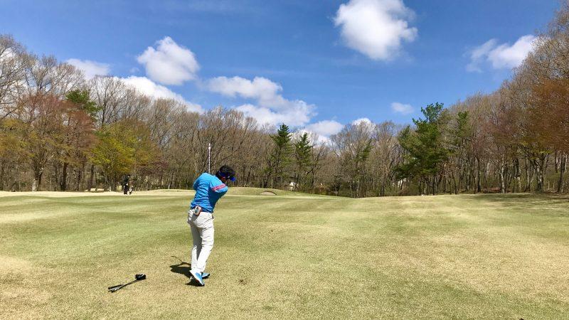GEN-TENゴルフコースレッスン那須強化合宿ラウンド風景左足上がりのショットの写真