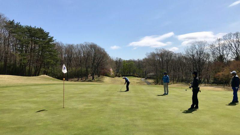 GEN-TENゴルフコースレッスン那須強化合宿ラウンド風景パッティングの写真
