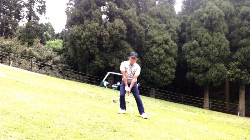 GEN-TENゴルフコースレッスン左足上がりのショット傾斜に逆らったアドレスの写真