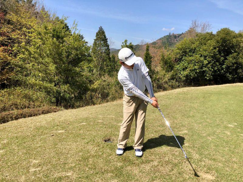 GEN-TENゴルフコースレッスン手首を使わないアプローチフォローの写真