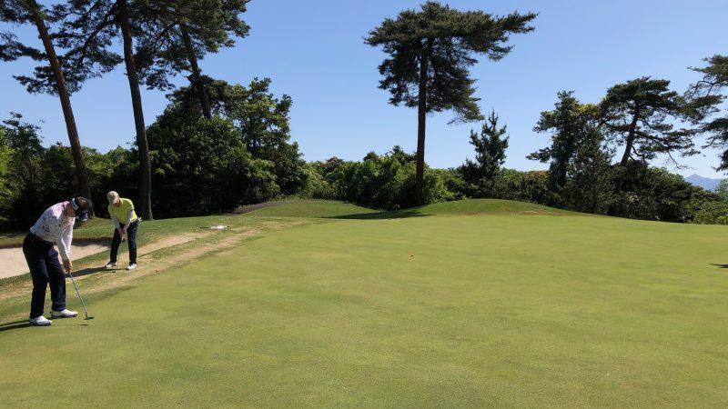 GEN-TENゴルフコースレッスンハーフラウンドグリーンエッジからのアプローチの写真