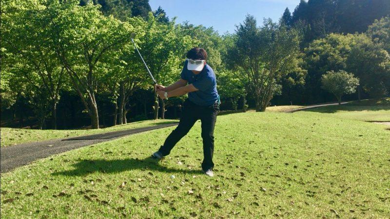 GEN-TENゴルフコースレッスン左足下がりアプローチテークバックの写真