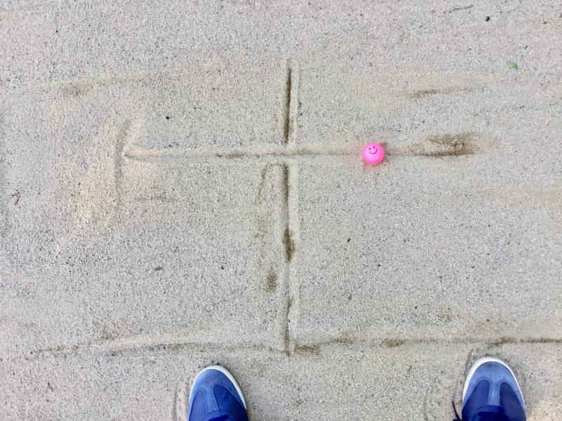 GEN-TENゴルフコースレッスン左足下がりのバンカーショットボールの位置の写真