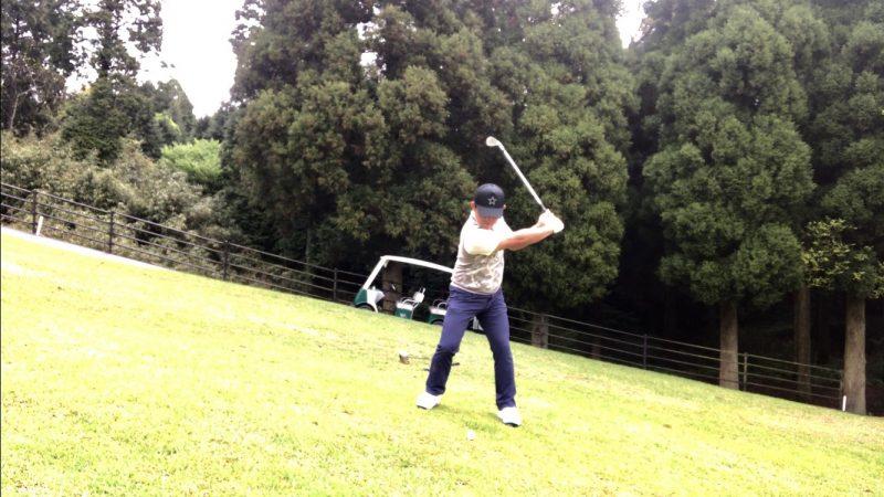 GEN-TENゴルフコースレッスン左足上がりのショットテークバックの写真