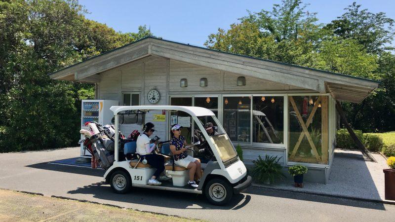 GEN-TENゴルフコースレッスン高知キャンプ土佐CC茶店とカートの写真
