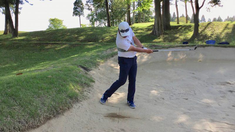 GEN-TENゴルフコースレッスン左足下がりのバンカーショットフィニッシュの写真
