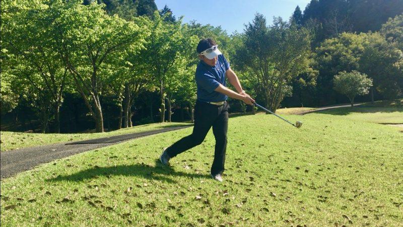 GEN-TENゴルフコースレッスン左足下がりアプローチフォローの写真