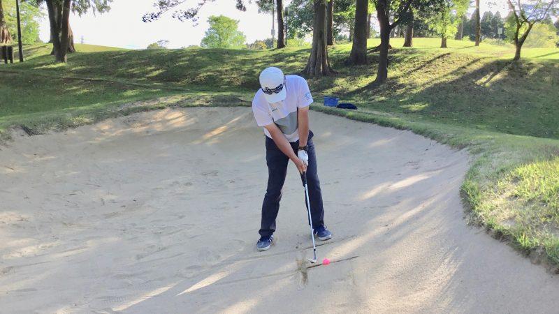 GEN-TENゴルフコースレッスン左足上がりのバンカーショットアドレス正面からの写真