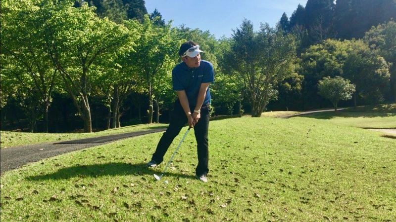 GEN-TENゴルフコースレッスン左足下がりアプローチルーティンの写真