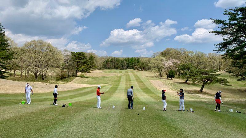 GEN-TENゴルフコースレッスン那須国際CC定点練習左足下がりのショットの写真②