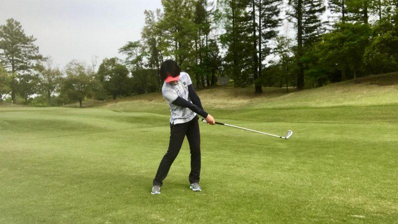 GEN-TENゴルフコースレッスンフォロースルー正面からの写真