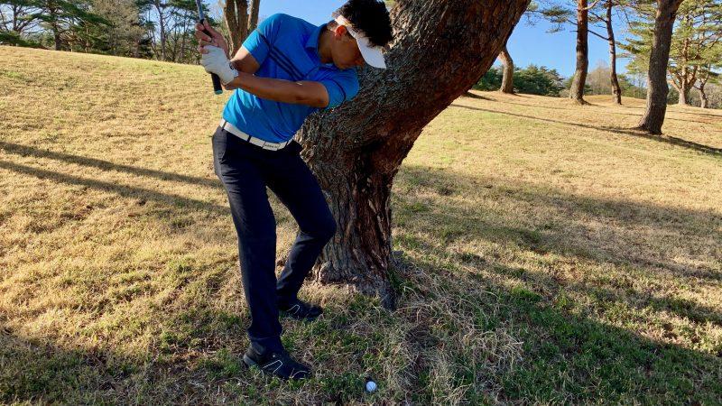GEN-TENゴルフコースレッスントラブルショットテークバックの写真
