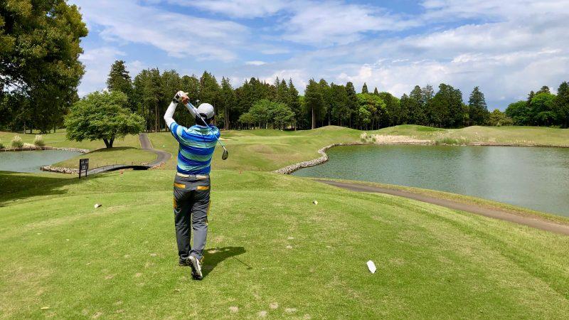 GEN-TENゴルフコースレッスンワンウェイGC池越えのティショットの写真