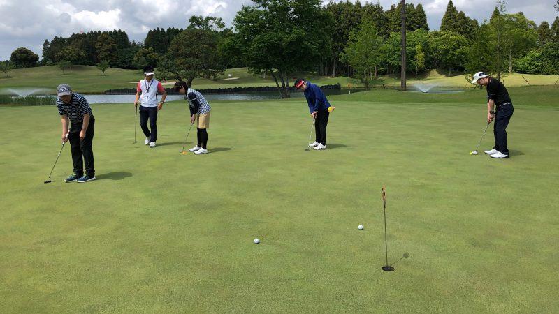 GEN-TENゴルフコースレッスンリラックスパッティング練習の写真