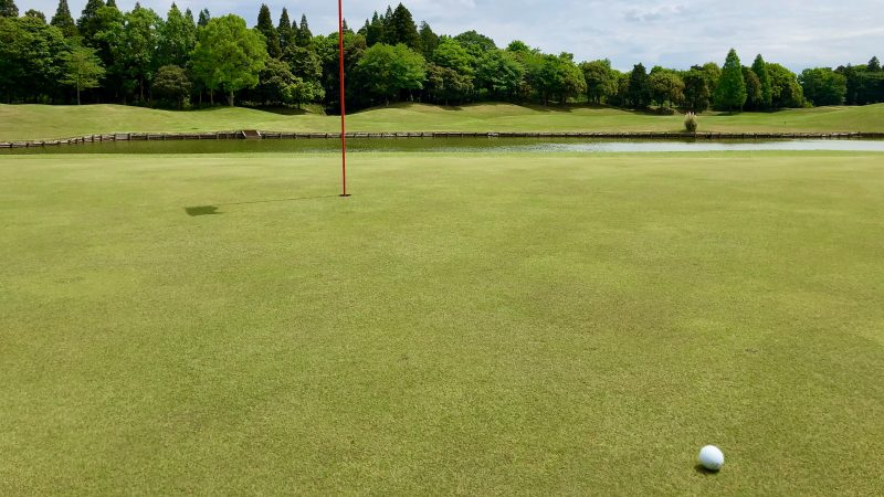 GEN-TENゴルフコースレッスンワンウェイGCグリーンと池の写真
