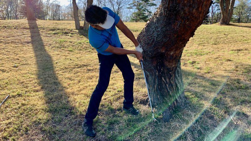 GEN-TENゴルフコースレッスントラブルショット素振りの写真