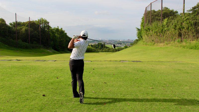 GEN-TENゴルフコースレッスンドライバーショットフィニッシュ飛球線後方からの写真