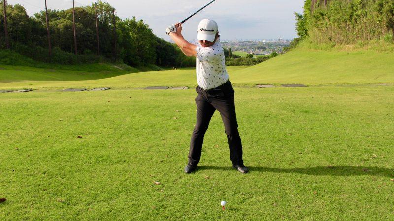 GEN-TENゴルフコースレッスンドライバーショットトップオブスイング正面からの写真
