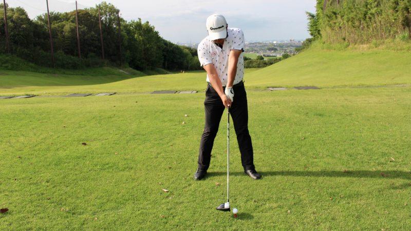 GEN-TENゴルフコースレッスンドライバーショットインパクト膝が伸びた状態正面からの写真