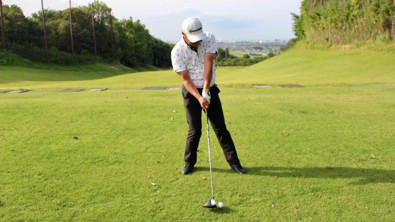 GEN-TENゴルフコースレッスンドライバーショットインパクト左膝が伸びた状態正面からの写真