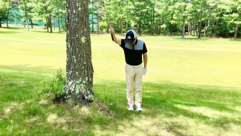GEN-TENゴルフコースレッスントラブルショット右腕一本テークバックの写真