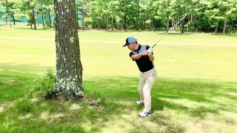 GEN-TENゴルフコースレッスントラブルショット左打ちトップの写真
