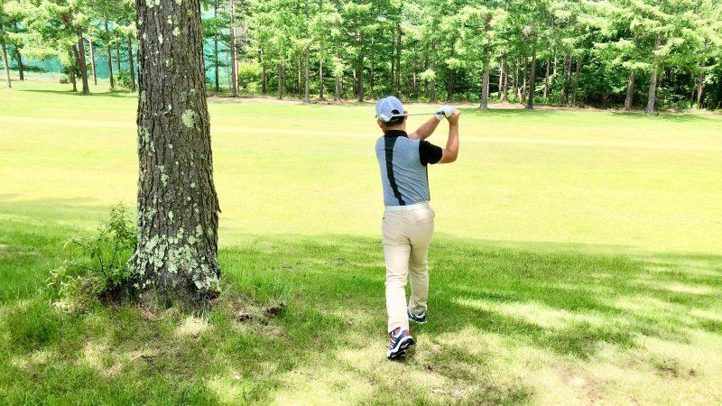 GEN-TENゴルフコースレッスントラブルショット左打ちフィニッシュの写真