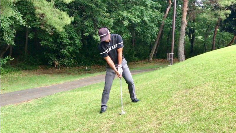 GEN-TENゴルフコースレッスン左足上がりのアプローチアドレスの写真