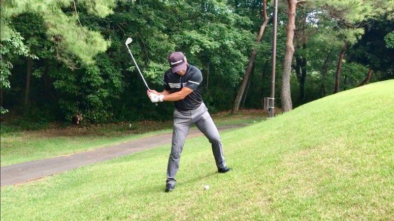 GEN-TENゴルフコースレッスン左足上がりのアプローチ手打ちトップの写真