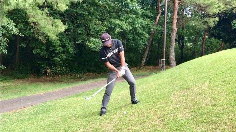 GEN-TENゴルフコースレッスン左足上がりのアプローチ手打ちダウンスイングの写真