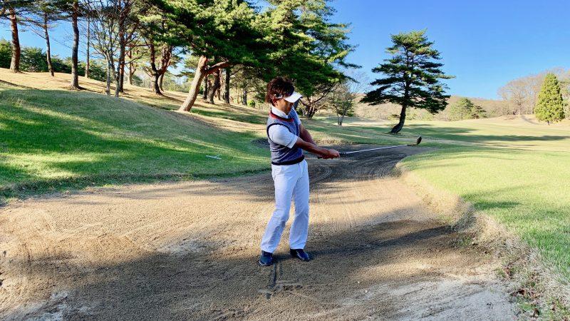 GEN-TENゴルフコースレッスンバンカーショットフォロースルーの写真