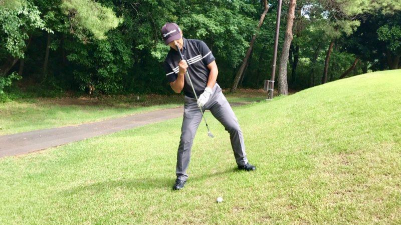 GEN-TENゴルフコースレッスン左足上がりのアプローチ構え方の写真